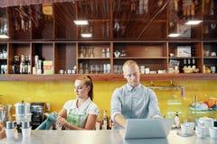 Barista und Kaffeestubemanager in der Arbeit lizenzfreies stockbild