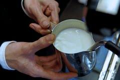 Barista unter Verwendung der Espressomaschine für das Schäumen von Milch lizenzfreies stockbild