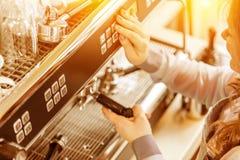 Barista unter Verwendung der Kaffeemaschine für die Herstellung des Kaffees im Café lizenzfreies stockbild