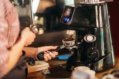 Barista unter Verwendung einer Kaffeemaschine im Café stockfotos