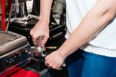barista usando un pisón imagen de archivo libre de regalías