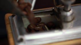 Barista väger kaffebönorna Process som nytt väger kaffe arkivfilmer