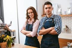 Barista And Waitress Working im Café stockfotos