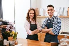 Barista And Waitress Working im Café lizenzfreies stockfoto