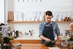 Barista Working On Tablet in caffè fotografie stock libere da diritti