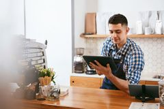 Barista Working On Tablet in caffè immagini stock libere da diritti