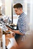 Barista Working On Tablet in caffè fotografia stock libera da diritti
