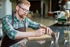 Barista Writing Blends des Kaffees Lizenzfreie Stockfotografie