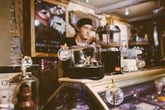 barista za odpierającym narządzaniem czekoladowy napój Fotografia Royalty Free