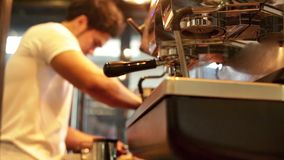 Barista zeichnet Milch über einem Kaffee - Herstellung von Lattekunst stock video