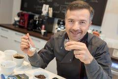 Baristas που εκπαιδεύει να κάνει τον τέλειο καφέ φλυτζανιών Στοκ φωτογραφία με δικαίωμα ελεύθερης χρήσης