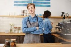 2 baristas работая на счетчике бара в кофейне Стоковые Фотографии RF