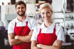 2 baristas усмехаясь на камере Стоковое Изображение