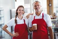 2 baristas усмехаясь на камере Стоковое фото RF