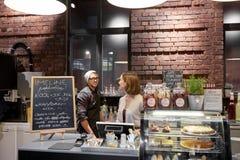 Baristi felici al caffè o al contatore della caffetteria Fotografia Stock Libera da Diritti