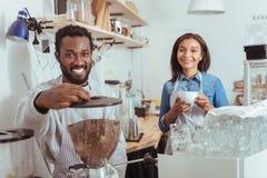 Baristi piacevoli che si preparano per produrre caffè nel caffè Immagine Stock Libera da Diritti