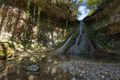 Bariyalskiy瀑布在绿色热带黄杨木潜叶虫森林里在阿布哈兹 免版税库存照片