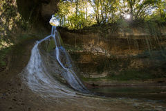 Bariyalskiy瀑布在绿色热带黄杨木潜叶虫森林里在阿布哈兹 免版税库存图片