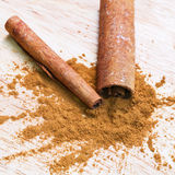 Bark and ground cinnamon Stock Photography