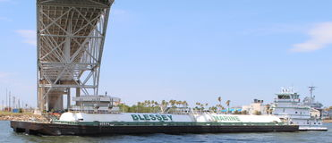 Barka iść pod mostem Obraz Royalty Free