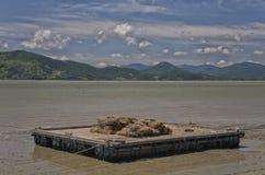 Barka na zatoce z bambusem Zdjęcia Royalty Free