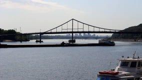 Barka ruch drogowy wzdłuż rzeki z mostami zbiory wideo