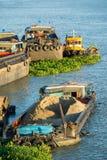 Barka z piaskiem czeka rozładowywającym Obraz Stock