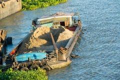 Barka z piaskiem czeka rozładowywającym Obrazy Royalty Free