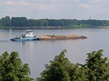 Barka z piaskiem na Volga rzece, Rosja Obraz Royalty Free