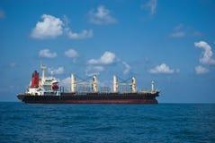 Barka zakotwiczał w morzu śródziemnomorskim przy Ashdod portem Izrael 2011 Czerwiec Obrazy Royalty Free