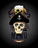Barkartedesign mit dem Piratenschädel, Glas Bier und Rum rasen Lizenzfreies Stockfoto