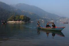 Barkarza transport para przez Fewa jeziora w Luty 06 dalej, 2014 w Pokhara, Nepal Obrazy Royalty Free