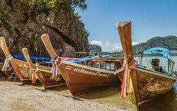 Barkassen in Thailand am Ufer im andaman Meer stockfotografie