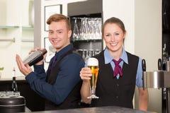 Barkeeper in bar of bar het vullen glas met bier royalty-vrije stock foto's
