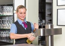 Barkeeper in bar of bar het vullen glas met bier royalty-vrije stock afbeeldingen
