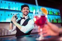 Barkeeper die cocktail voor klant voorbereiden royalty-vrije stock fotografie