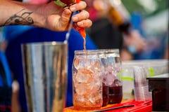 Barkeeper die een cocktail voorbereiden royalty-vrije stock fotografie