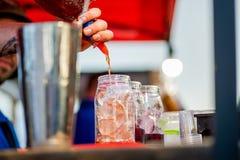 Barkeeper die een cocktail voorbereiden stock afbeeldingen