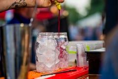 Barkeeper die een cocktail voorbereiden stock foto