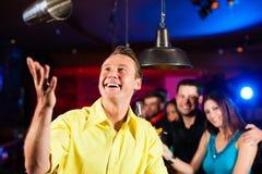 Barkeeper in een bar mengt cocktails of dranken stock foto's