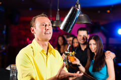 Barkeeper in een bar mengt cocktails of dranken royalty-vrije stock afbeelding
