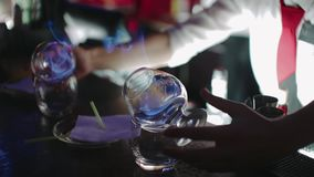 Barkeeper préparant le cocktail alcoolique avec une flamme, compteur de barre Mouvement lent clips vidéos