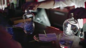 Barkeeper pr?parant le cocktail alcoolique avec une flamme, compteur de barre Mouvement lent banque de vidéos