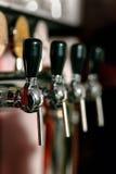 Barkeeper que puxa uma pinta da cerveja imagens de stock