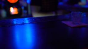 Barkeeper que trabalha no clube noturno, preparando a bebida para o cliente, close-up filme