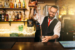 Barkeeper toont achter de teller van de restaurantbar stock afbeelding