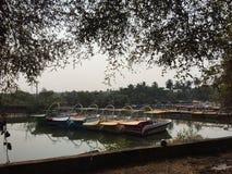 Barken auf einem Strand in Nord-Goa Stockfotos