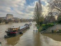 Barki na zalewającej wonton rzece, zima 2018 w Paryż, Francja fotografia stock