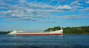 barki puszka idzie rzeka Zdjęcie Stock