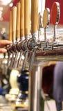Barklapp som levererar öl royaltyfri foto
